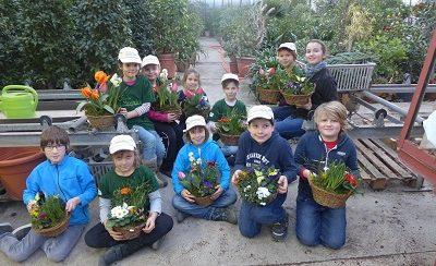 Winnender Minigärtner begrüßen Frühling